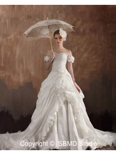 Lace Up A-Line / Ball Gown Sweetheart Ruffles / Beading / Hand Made Flowers Sleeveless Natural Ivory Taffeta / Satin / Organza Court Wedding Dress